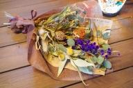 生花でお届け、自宅で簡単ドライフラワーに ユーカリとワイルドフラワーの花束 H092-015