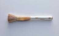 素肌のような透明感を叶える最高峰の化粧筆・淡雪 Awayuki(名入れあり)