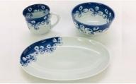 A35-91 しん窯青花 花つなぎのマグカップと楕円プレートとちょっと小さめの丼のセット 小島芳栄堂